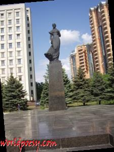 270px-Пам'ятник_Лесі_Українці_площа_Лесі_Українки_Київ_NoFoP