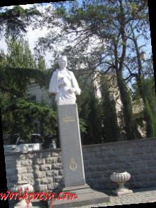 800px-Пам'ятник_Лесі_Українці_в_Балаклаві